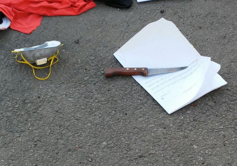 סכין ומכתב ההתאבדות של המחבלת משנת 2015. צילום: רשות המעברים במשרד הביטחון